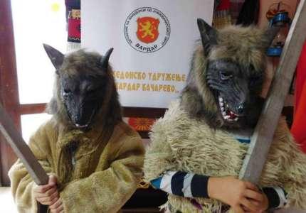 Stari običaj u Kačarevu: Vasiličari teraju staru godinu i zle sile