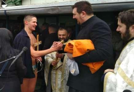Miloš Mihajlović prvi doplivao do časnog krsta