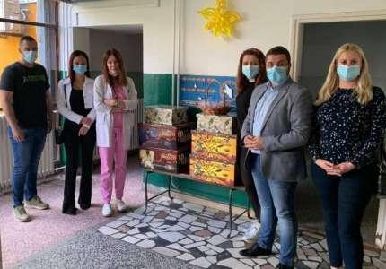 Narodni poslanik Marko Mladenović obišao Dečje odeljenje Bolnice i odneo deci poklone