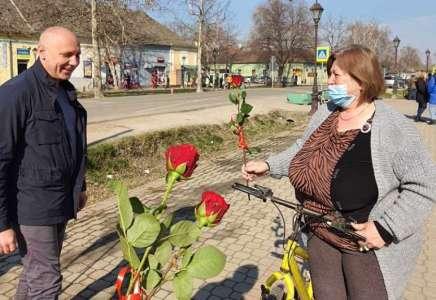 Mesna zajednica Omoljica sugrađankama poklonila ruže