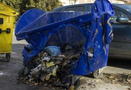 Građani vrućim pepelom i dalje uništavaju kontejnere