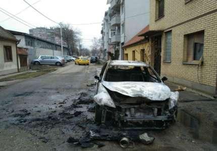 Izgoreo automobil nakon izbijanja požara vozila u vožnji