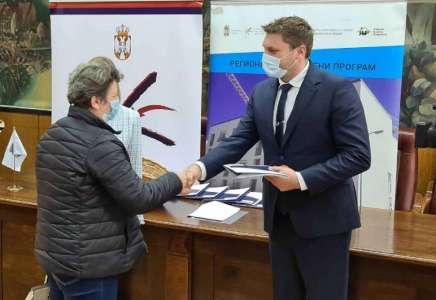 Uručeni ugovori za kupovinu seoskih kuća s okućnicom za 15 izbegličkih porodica iz Pančeva