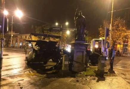 Automobil pun putnika udario u kip Svetog Florijana u Pančevu