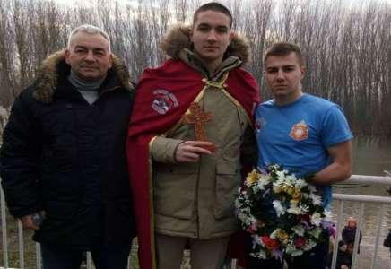 Luka Stamatov iz Pančeva prvi doplivao do Časnog krsta (VIDEO)