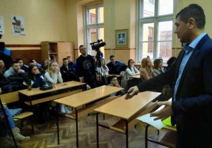 U Gimnaziji u Pančevu održano predavanje o bezbednosti u saobraćaju
