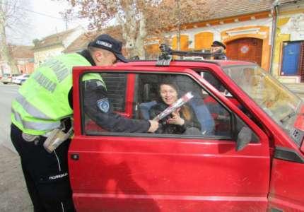 Saobraćajni policajci delili ruže damama