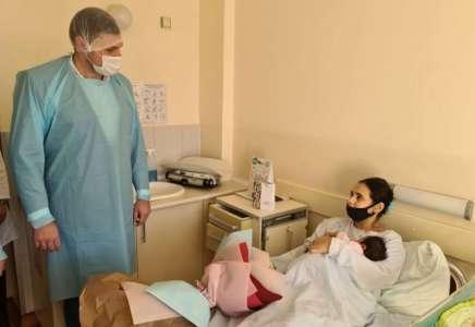 Gradonačelnik Pančeva dukatom darivao bebu koja je prva rođena u ovoj godini