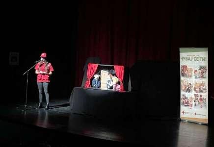 Crveni krst Pančevo lutkarskom predstavom obeležio Evropski dan borbe protiv trgovine ljudima