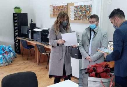 """Paketići za decu u Školi za osnovno i srednje obrazovanje """"Mara Mandić"""""""