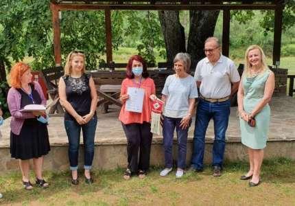Olga Žolnaj Jokanović iz Pančeva nagrađena za najbolje istkan motiv pirotskog ćilima