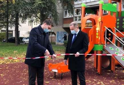 Ispred Biblioteke postavljeno novo dečje igralište